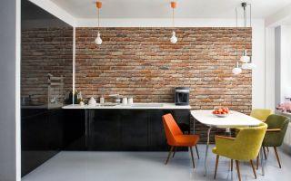 Использование кирпичной стены в современном интерьере кухни