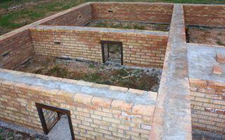 Возведение фундамента под кирпичный дом