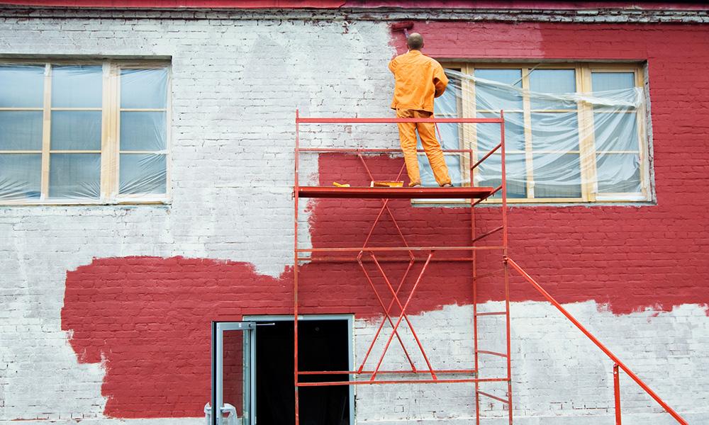 Чем покрасить фасад кирпичного дома: подбираем краску