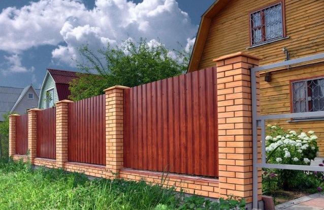 Забор из кирпича и профнастила 36 фото универсальные конструкции с кирпичными столбами из профлиста ограждение с профнастилом
